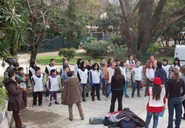 Un grup d'alumnes participen en l'activitat de falcons.