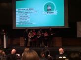 L'alumnat de l'Escola El Sagrer, en el moment de rebre el premi, acompanyats del seu professor, Quim Martín.