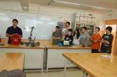 El professor i l'alumnat del institut Anna Gironella de Mundet presenten el seu robot.