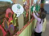 Imatge del mural de l'Escola Victor Català que utilitza el suport de les baferades digitals.