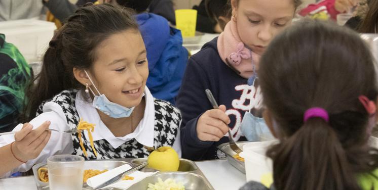 Fotografia d'un grup de nenes menjant en un menjador escolar