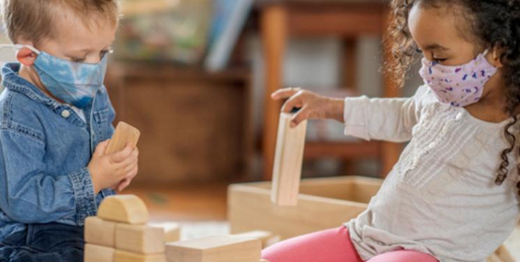 Nen i nena jugant amb jocs de construcció de fusta