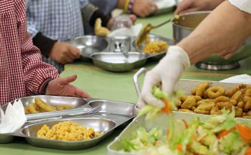 El curs 2021-22 s'incrementen els ajuts de menjador a secundària amb la cobertura de tots els dies del servei