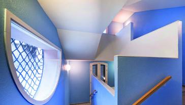 Fotografia interior escola recentment pintada