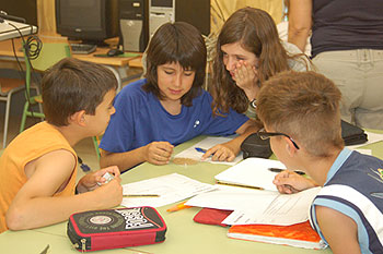 Grup de nenes i nens treballant plegats