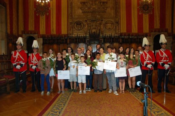 L'alumnat guanyador, acompanyat dels membres del jurat i dels representants institucionals.