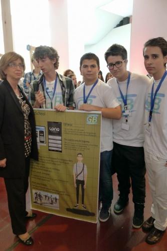 Els quatre alumnes de l'equip premiat del Col·legi Sant Miquel, acompanyats de la consellera d'Ensenyament, Irene Rigau. Foto: Col·legi Sant Miquel