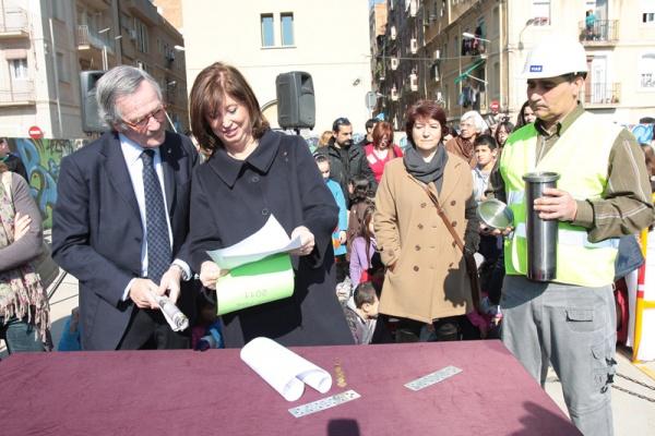 L'alcalde, Xavier Trias, i la consellera d'Ensenyament, Irene Rigau col·loquen objectes de record per a la primera pedra
